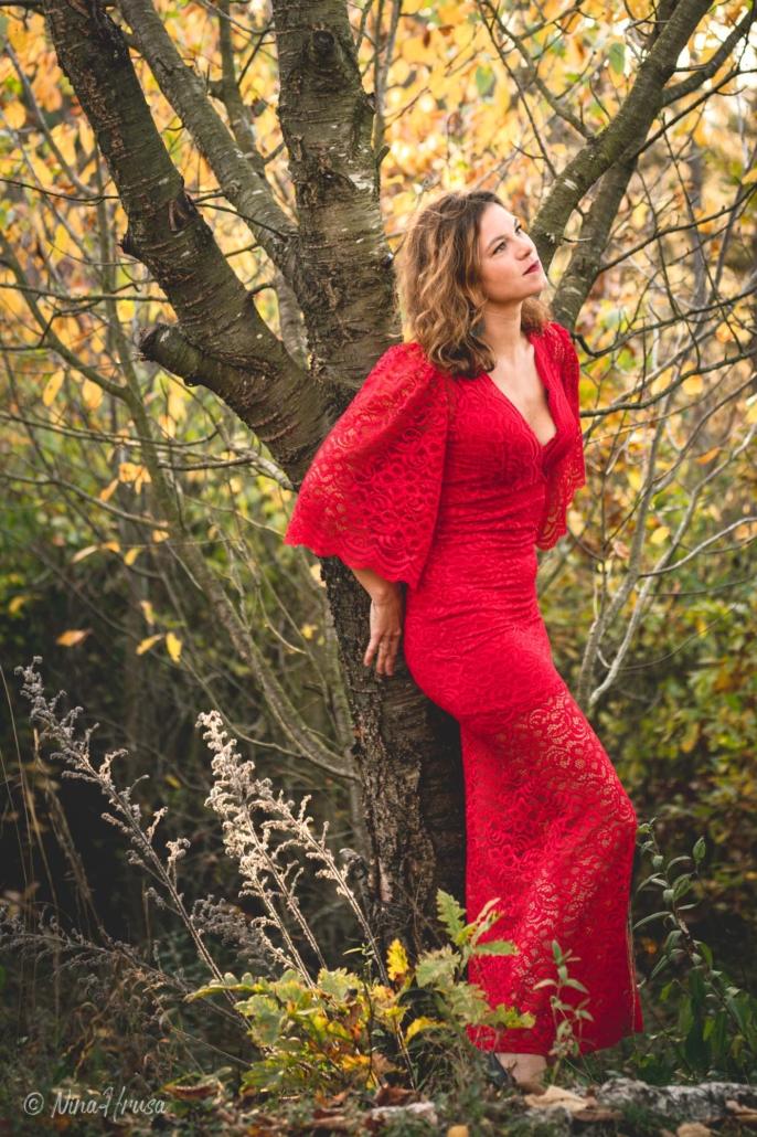 Porträt Hochformat, schöne Frau im roten Kleid, an Baum angelehnt, Zwischenmomente | Nina Hrusa Photography