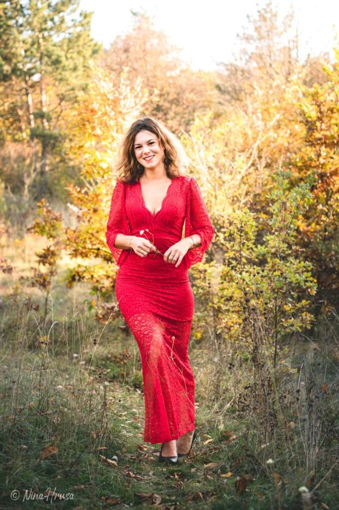 Porträt Hochformat, schöne Frau im roten Kleid, lächelnd, Zwischenmomente | Nina Hrusa Photography