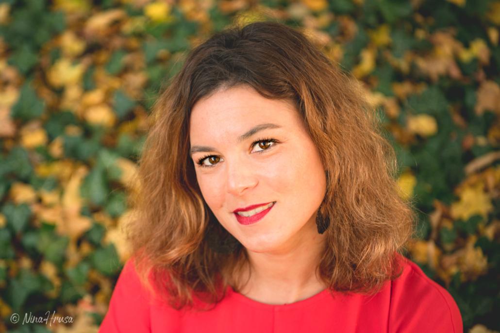 Porträt von Frau im roten Kleid, rote Lippen, nach links schauend, Zwischenmomente | Nina Hrusa Photography