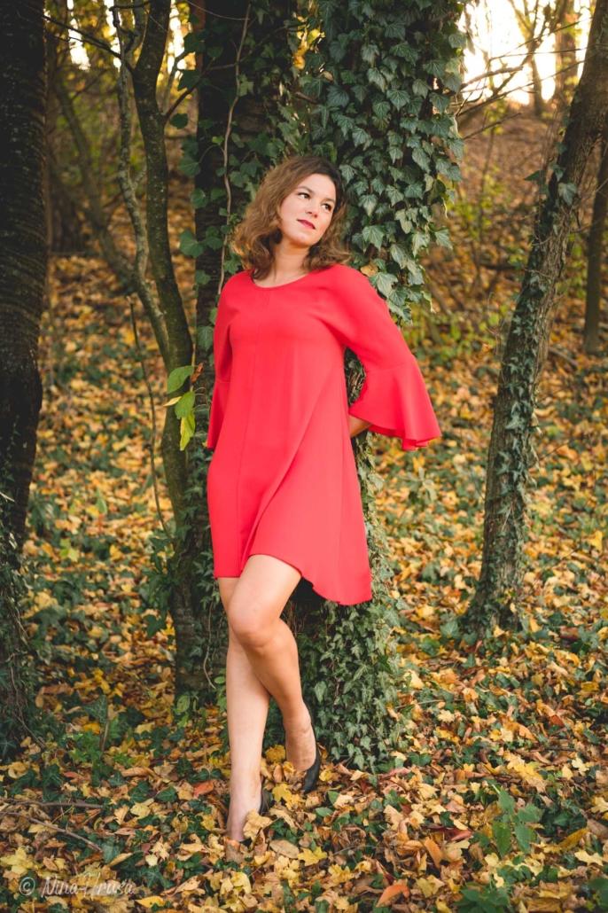 Porträt Hochformat von Frau im roten Kleid stehend an Baum mit Efeu gelehnt, Zwischenmomente | Nina Hrusa Photography