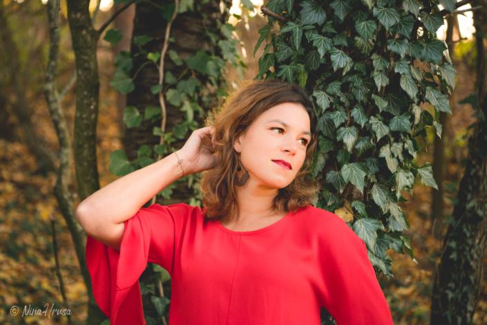 Porträt von Frau im roten Kleid an Baum mit Efeu gelehnt, Zwischenmomente | Nina Hrusa Photography