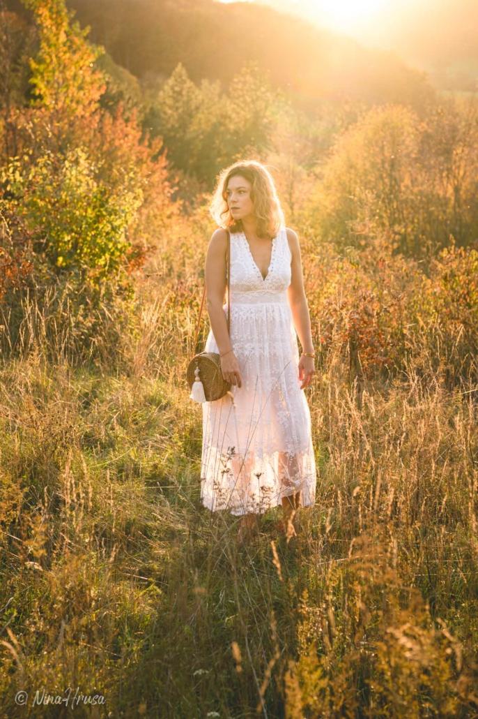 Gegenlicht Porträt von Frau stehend im weißen Boho Kleid, Wiese, Sonnenuntergang, Zwischenmomente | Nina Hrusa Photography