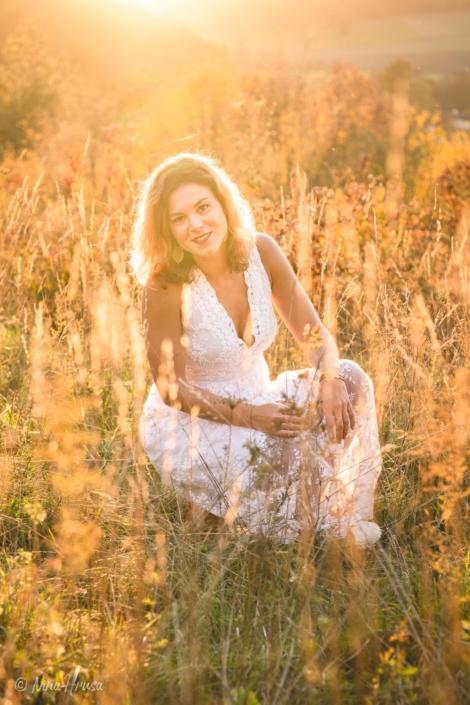 Gegenlicht Porträt Hochformat von Frau im weißen Boho Kleid, Wiese, Sonnenuntergang, Zwischenmomente | Nina Hrusa Photography