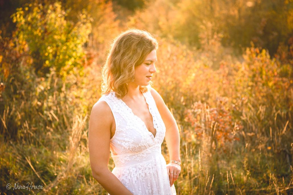 Gegenlicht Porträt Frau im weißen Boho Kleid stehend auf der Wiese, Sonnenuntergang, Zwischenmomente | Nina Hrusa Photography