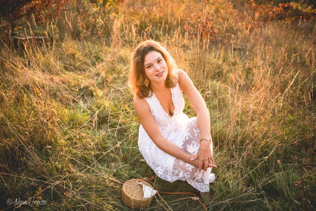 Porträt Frau im weißen Boho Kleid auf der Wiese sitzend, Zwischenmomente | Nina Hrusa Photography