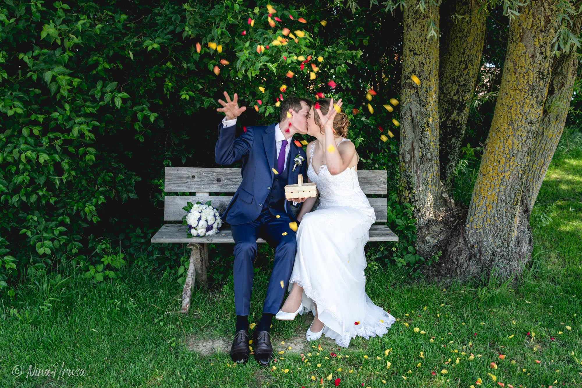Brautpaar wirft Rosenblüten, Hochzeitsfoto, Zwischenmomente | Nina Hrusa Photography