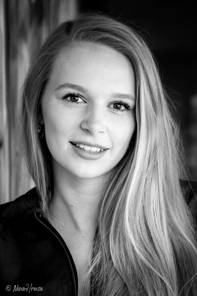 Schwarzweiß Porträt Hochformat, schöne Frau mit langen blonden Haaren, Zwischenmomente | Nina Hrusa Photography