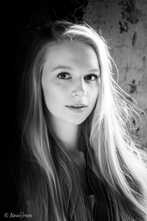 Schwarzweiß Porträt Hochformat, wunderschöne Frau mit langen blonden Haaren, Zwischenmomente | Nina Hrusa Photography
