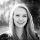 Schwarzweiss Porträt, wunderschöne Frau mit langen Haaren, lachend, Sonnenlicht, Gegenlichtaufnahme, Zwischenmomente | Nina Hrusa Photography