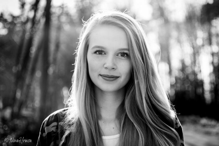 Schwarzweiss Porträt, wunderschöne Frau mit langen Haaren, Sonnenlicht, Gegenlichtaufnahme, Zwischenmomente | Nina Hrusa Photography