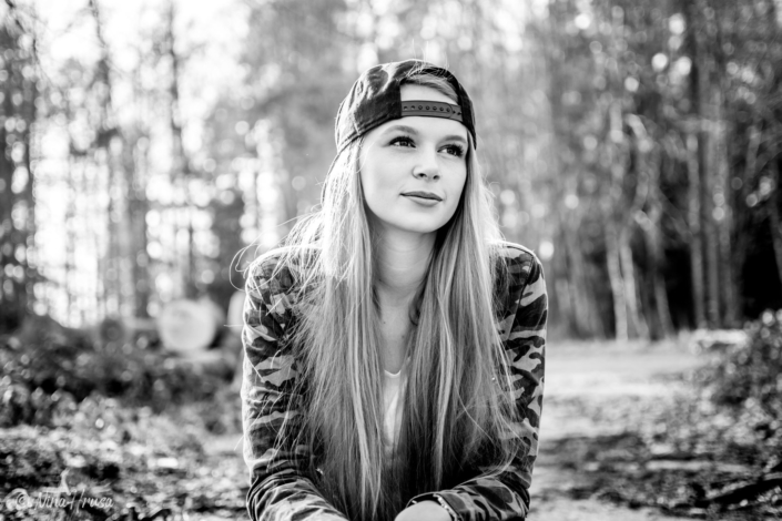 Schwarzweiss Porträt, Frau mit langen Haaren, Sonnenlicht, Gegenlichtaufnahme, Zwischenmomente | Nina Hrusa Photography