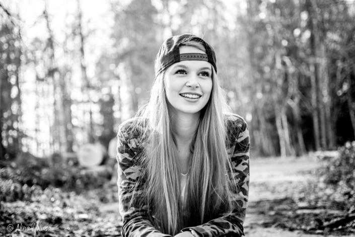 Schwarzweiss Porträt, Frau mit Baseball Cap, Sonnenlicht, Gegenlichtaufnahme, Zwischenmomente | Nina Hrusa Photography