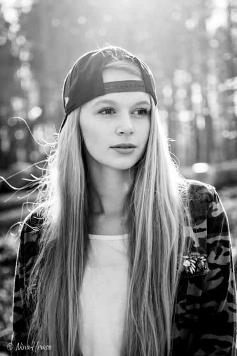 Schwarzweiss Porträt Mädchen mit Baseball Cap, Sonnenlicht, Gegenlichtaufnahme, Zwischenmomente | Nina Hrusa Photography