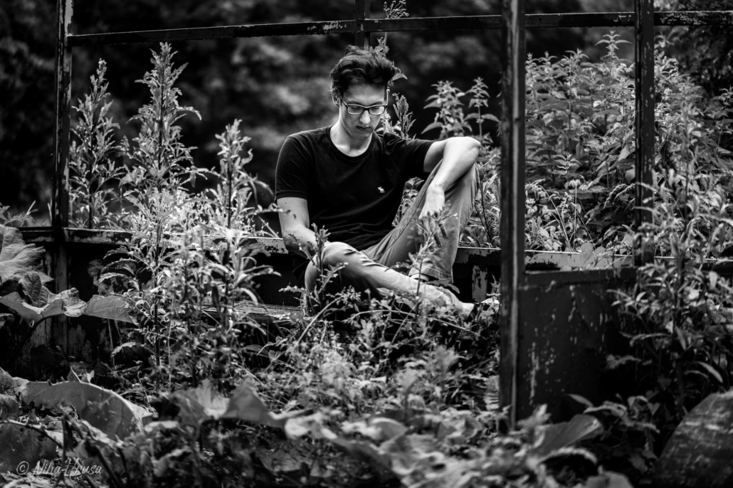Mann auf verwucherter Trainerbank, Schwarzweißfotografie, Zwischenmomente | Nina Hrusa Photography