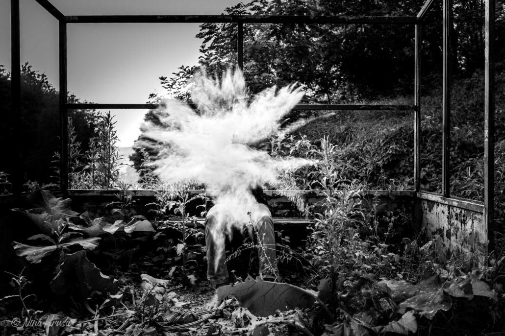 Mehl, Explosion, Schwarzweißfoto, Zwischenmomente | Nina Hrusa Photography
