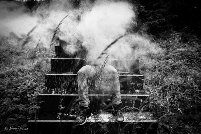 Mehlexplosion auf Treppe im Wald, Frontansicht, Schwarzweißfoto, Zwischenmomente | Nina Hrusa Photography