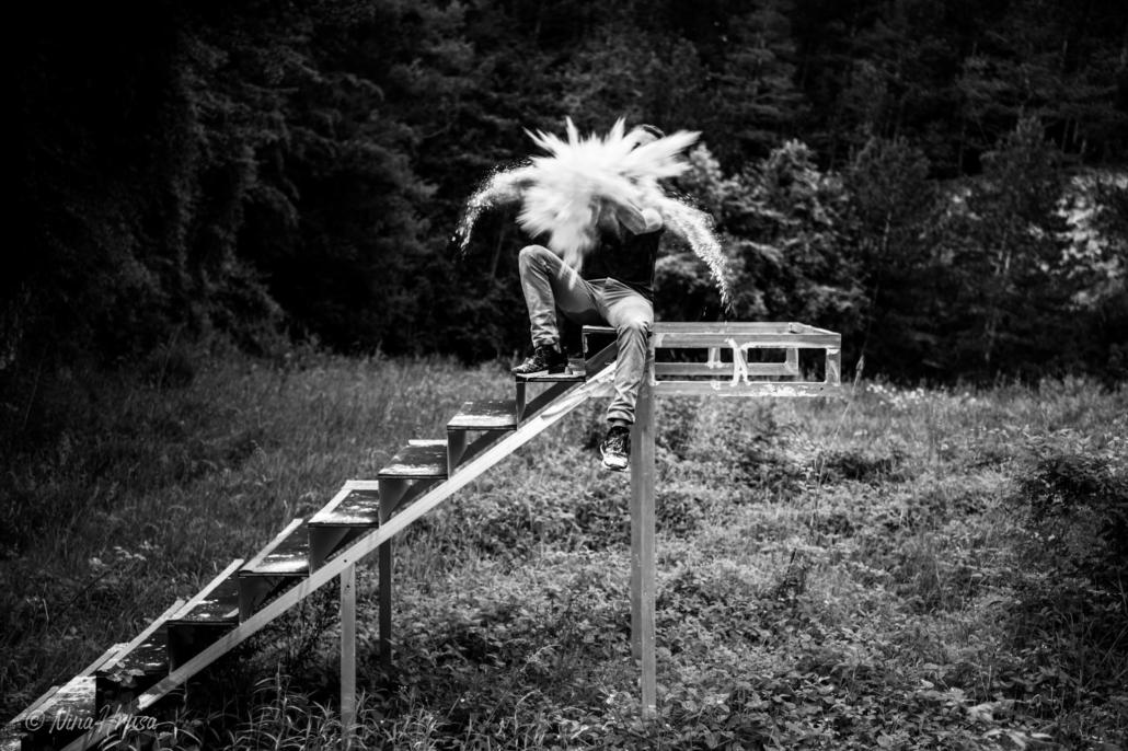 Mehlexplosion auf Treppe im Wald, Seitenansicht, Schwarzweißfoto, Zwischenmomente | Nina Hrusa Photography