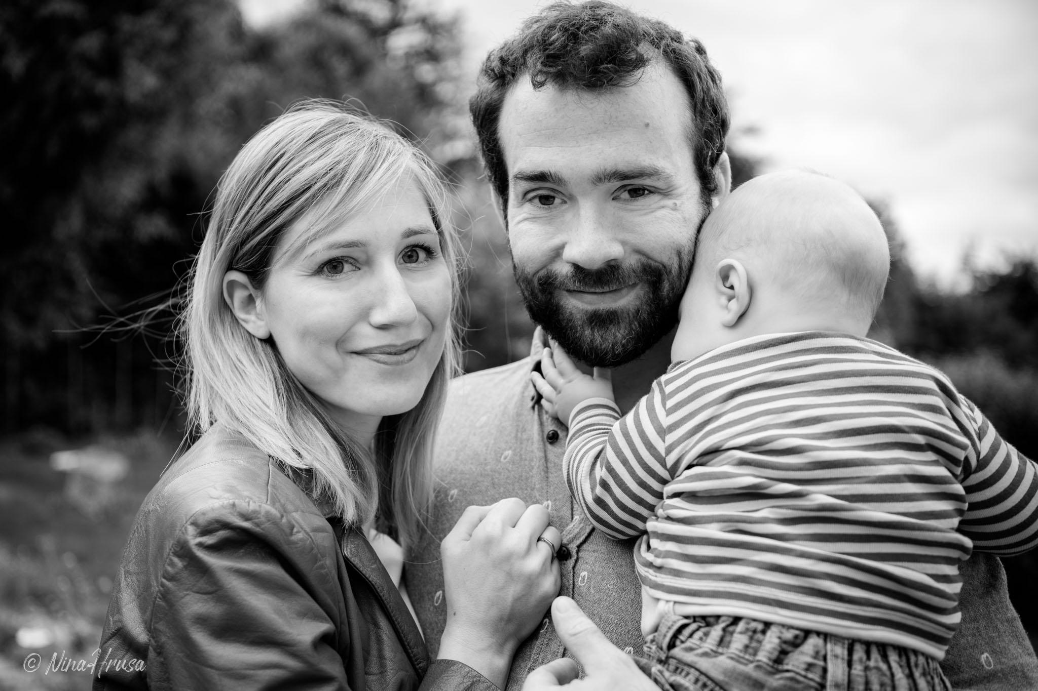 Familienfoto, schwarzweiß, Zwischenmomente | Nina Hrusa Photography