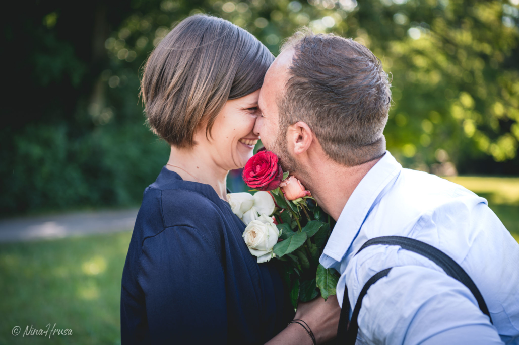 Paar mit Rosen, Zwischenmomente | Nina Hrusa Photography