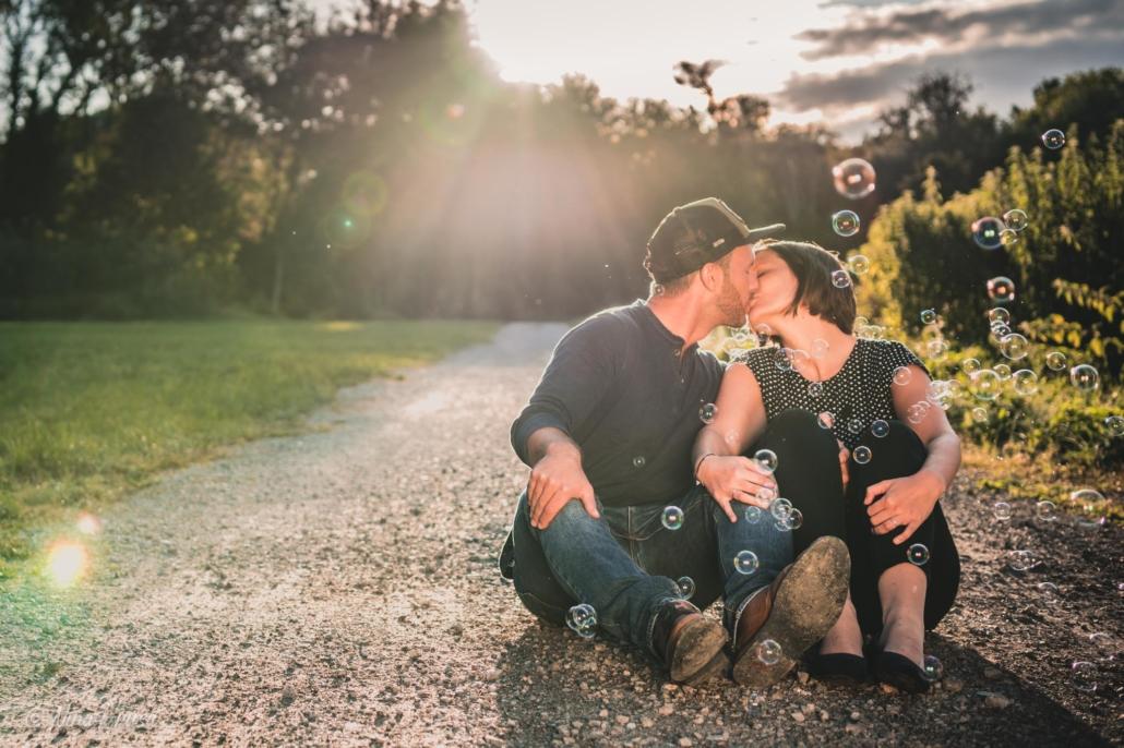 Paar küssend im Sonnenuntergang mit Seifenblasen, Zwischenmomente | Nina Hrusa Photography