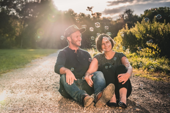 Paar mit Seifenblasen lachend, Sonnenuntergang, Gegenlicht, Zwischenmomente | Nina Hrusa Photography