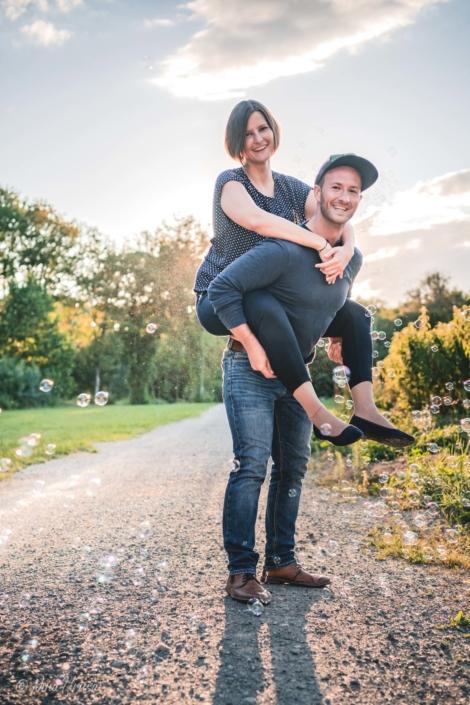 Gegenlicht, Paar mit Seifenblasen, Zwischenmomente | Nina Hrusa Photography