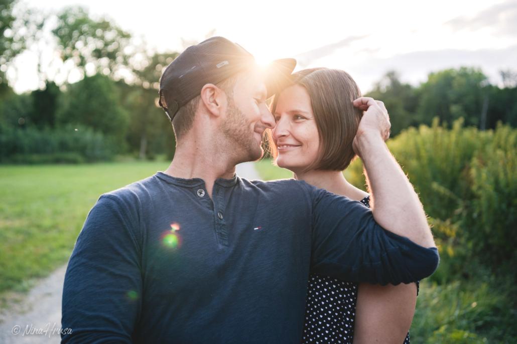 Paar im Sonnenuntergang, Gegenlichtaufnahme, Zwischenmomente | Nina Hrusa Photography