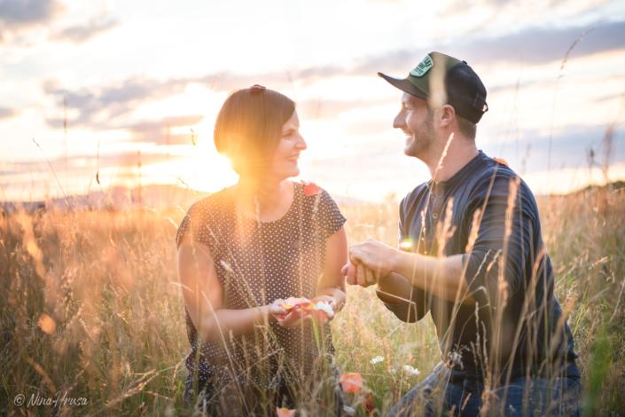 Paar im Sonnenuntergang mit Blütenblättern, Zwischenmomente | Nina Hrusa Photography