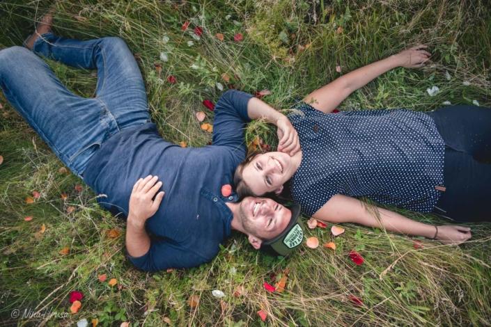 Paar liegend in Wiese, emotionale Paarfotografie, Zwischenmomente | Nina Hrusa Photography