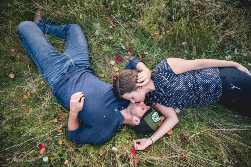 Paar liegend in Wiese, küssend, Paarfotografie, Zwischenmomente | Nina Hrusa Photography
