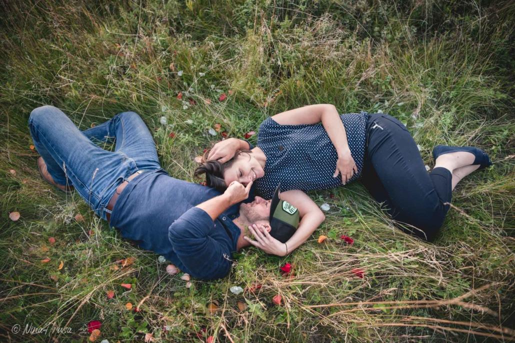 Paar liegend in Wiese, liebevolle Paarfotografie, Zwischenmomente | Nina Hrusa Photography