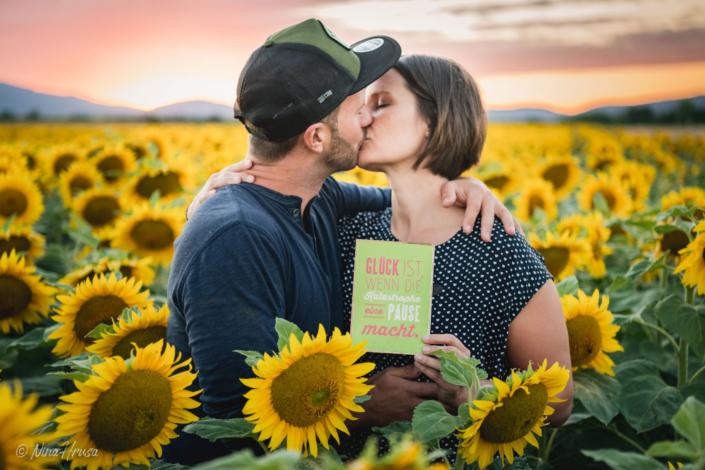 Paarfoto, Glück im Sonnenblumenfeld, Zwischenmomente | Nina Hrusa Photography