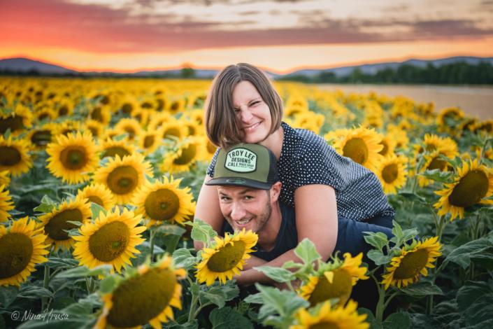 Paarfoto Huckepack im Sonnenblumenfeld, Zwischenmomente | Nina Hrusa Photography