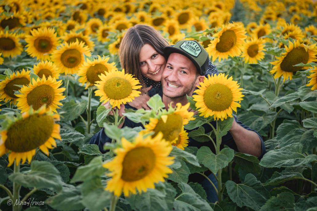 Paarfotografie im Sonnenblumenfeld, Zwischenmomente | Nina Hrusa Photography