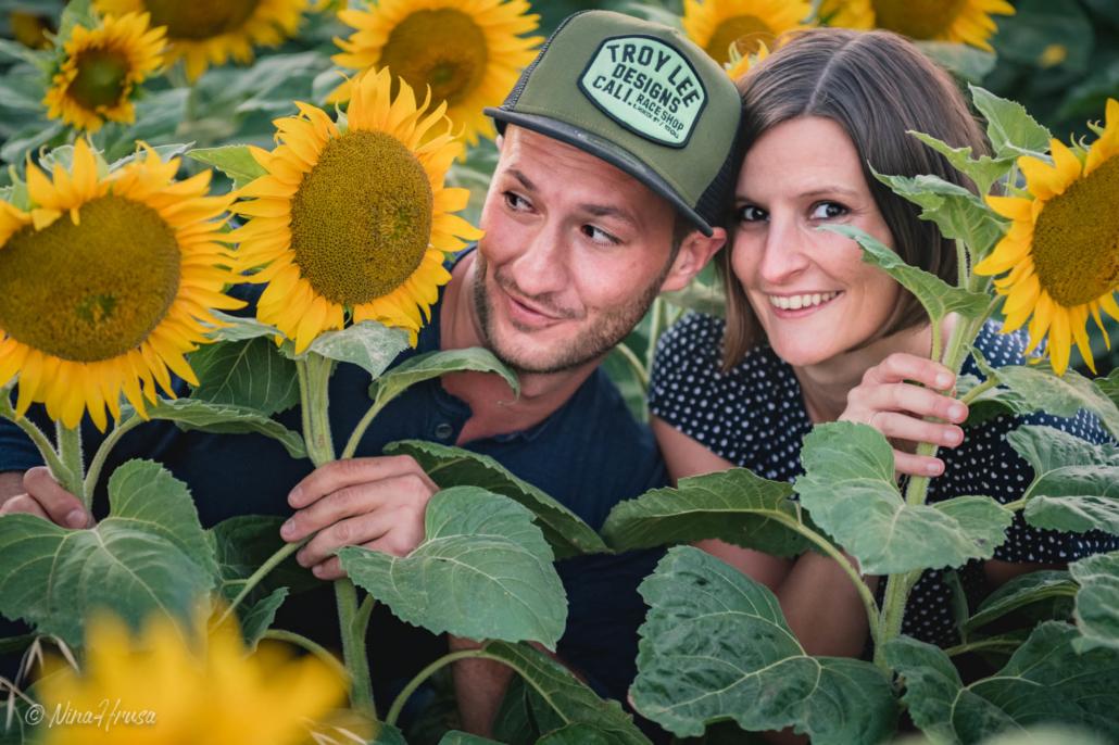 Paarfoto im Sonnenblumenfeld, Zwischenmomente | Nina Hrusa Photography