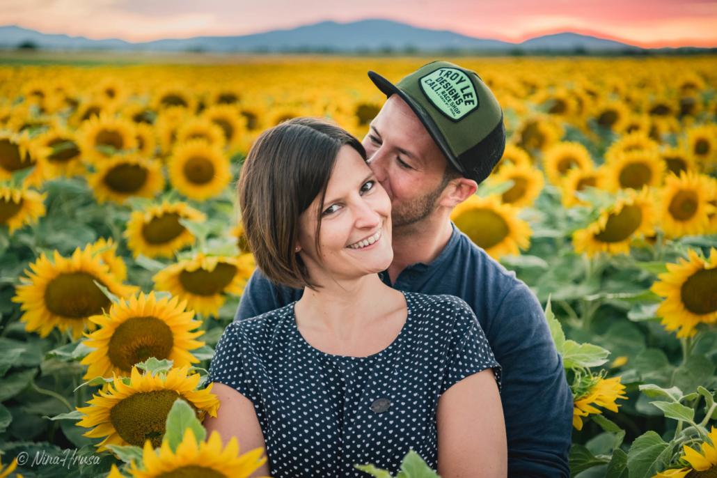 Paarshooting im Sonnenblumenfeld, Zwischenmomente | Nina Hrusa Photography