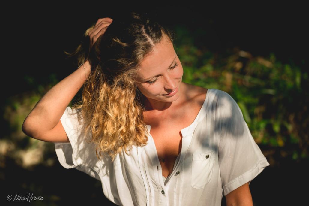Frau mit lockigem Haar, Porträt, Zwischenmomente | Nina Hrusa Photography