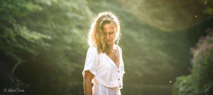 Frau im weißen Kleid, Sommer, Gegenlicht, Zwischenmomente | Nina Hrusa Photography