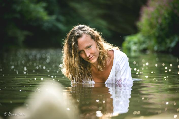 Frau im Fluss, sanftes Gegenlicht, Zwischenmomente | Nina Hrusa Photography