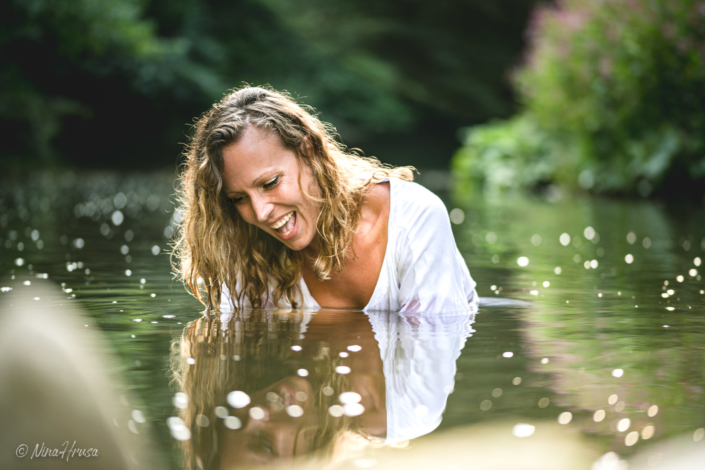 Woman in the river, joyfully, water reflections, Zwischenmomente | Nina Hrusa Photography