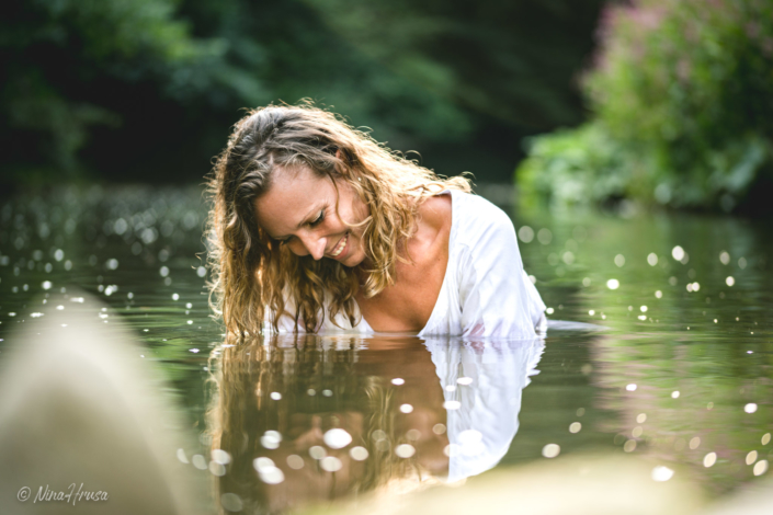Woman in the river smiling, water reflections, Zwischenmomente | Nina Hrusa Photography