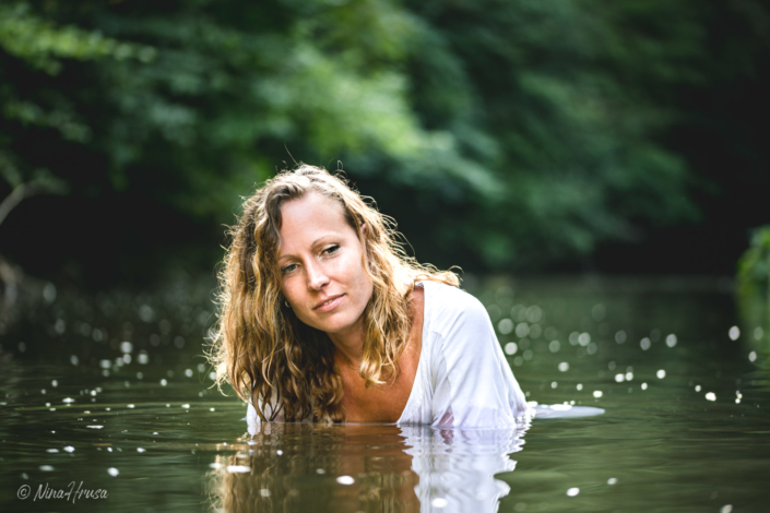 Woman in the river, summer, portrait, Zwischenmomente | Nina Hrusa Photography