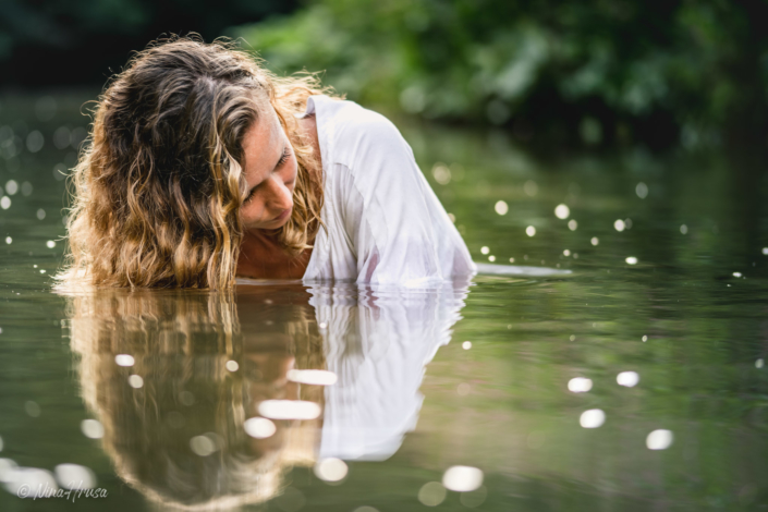 Woman in the river, water reflections, Zwischenmomente | Nina Hrusa Photography