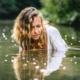 Frau im Fluss, Lichtreflexionen, Zwischenmomente | Nina Hrusa Photography