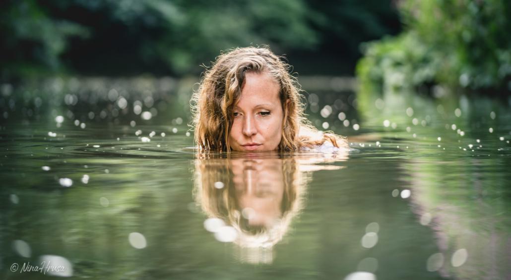 Frau schwimmend im Fluss, Zwischenmomente | Nina Hrusa Photography