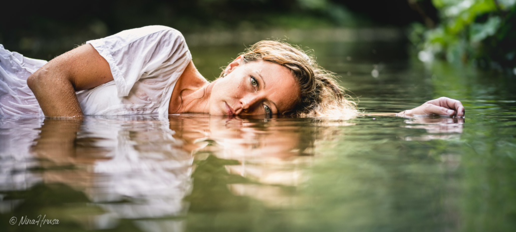 Woman lying in the river, Frau im Fluss, Zwischenmomente | Nina Hrusa Photography