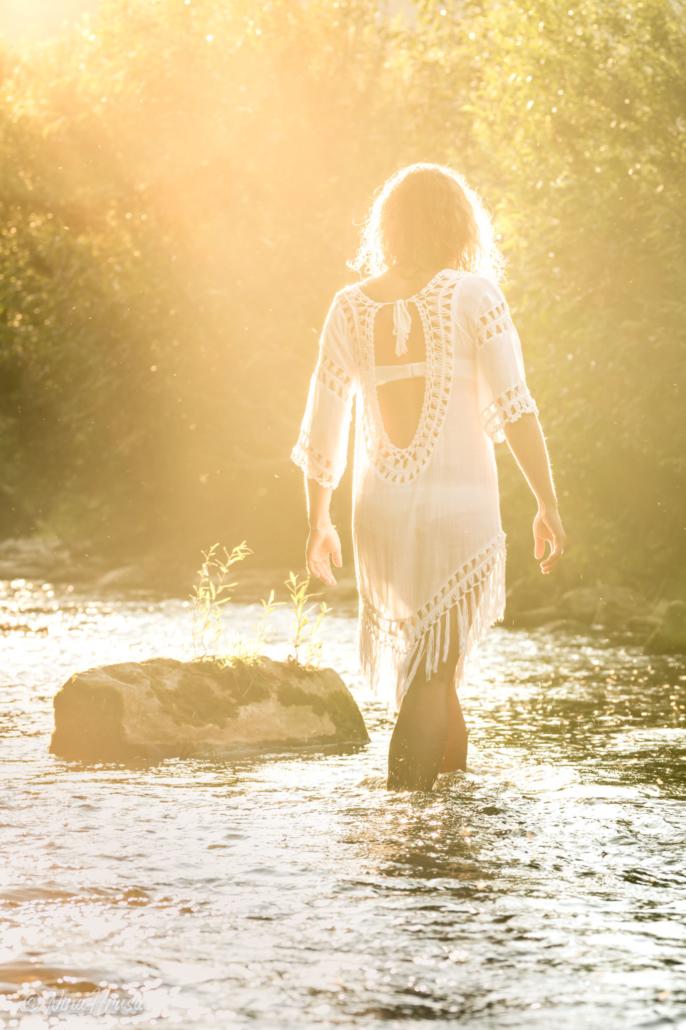Frau im Fluss, weißes Kleid, Gegenlichtaufnahme, Zwischenmomente | Nina Hrusa Photography