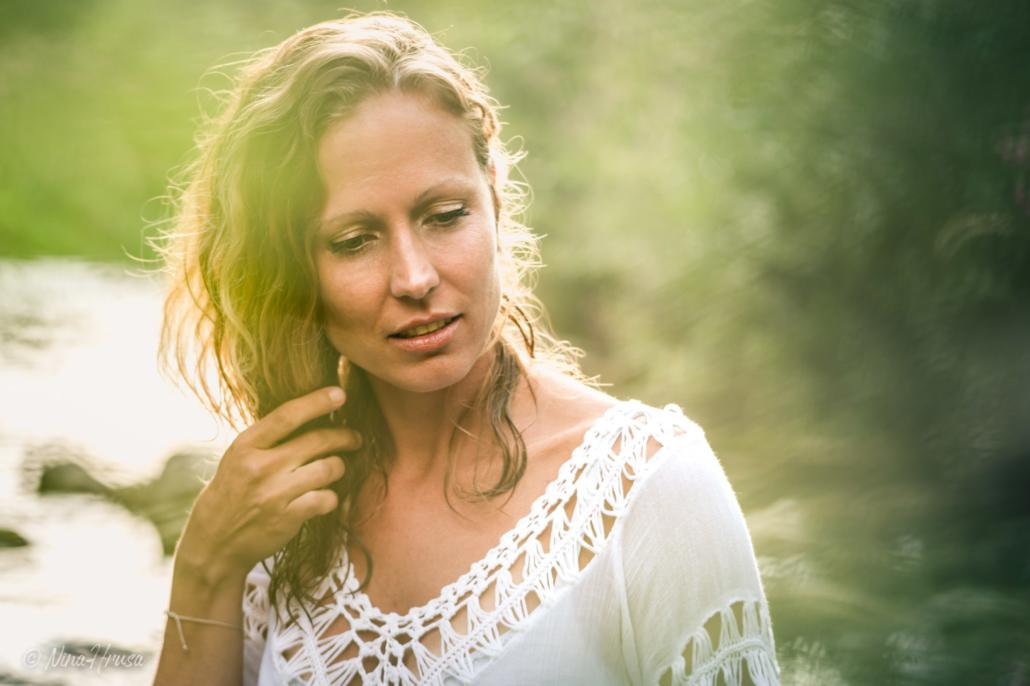 Frau im Fluss, Porträtfoto, Zwischenmomente | Nina Hrusa Photography