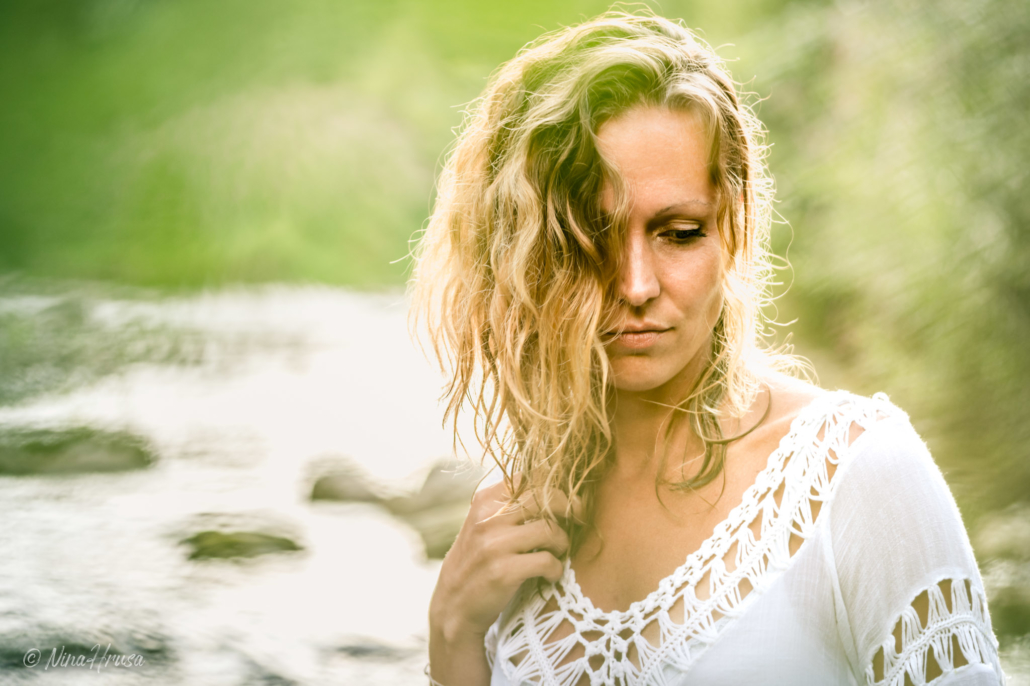 Frau im Fluss, Porträtfotografie, Zwischenmomente | Nina Hrusa Photography
