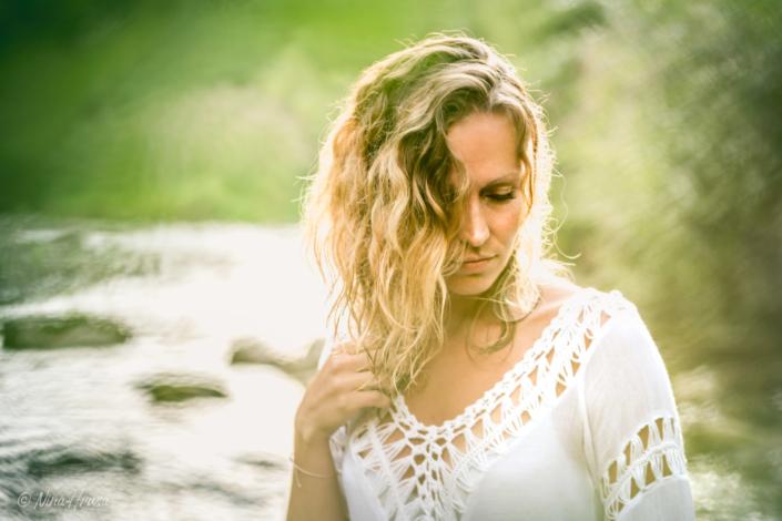 Frau im Fluss, Porträtfoto, Sonnenuntergang, Zwischenmomente | Nina Hrusa Photography